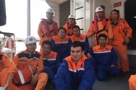 Cứu 12 thuyền trên tàu chở gần 5.000 tấn than bị chìm