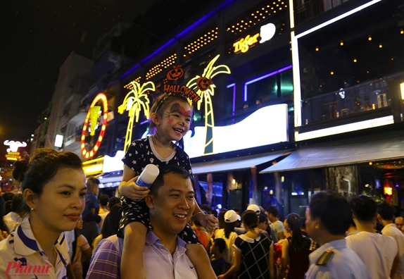 Hang nghin nguoi Sai Gon do ve pho Tay xem 'ma quy' trong dem Halloween