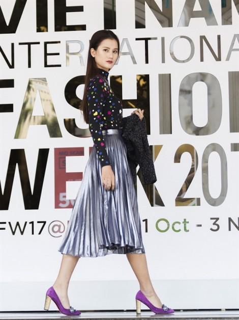 Dàn mẫu Việt 'thắp sáng' đường phố tuần lễ thời trang Việt Nam