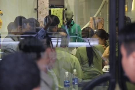 Đồng loạt kiểm tra 3 cửa hàng Khaisilk giữa trung tâm Sài Gòn