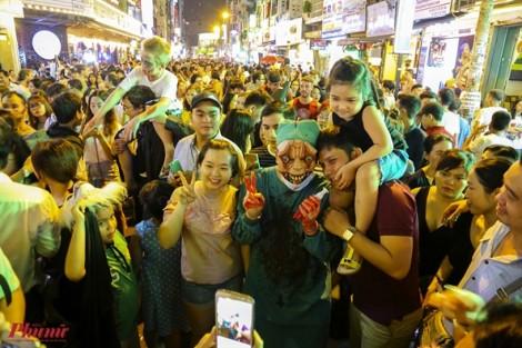 Hàng nghìn người Sài Gòn đổ về phố Tây xem 'ma quỷ' trong đêm Halloween