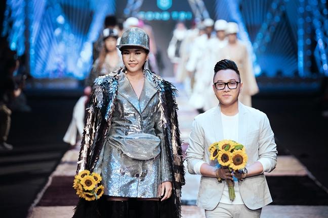 Thanh Hang lam vedette trong BST lay cam hung tu dan van phong cua Cong Tri