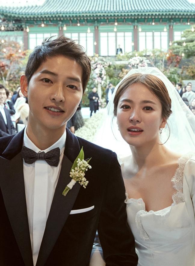 Sau dam cuoi the ky, Song Joong Ki va Song Hye Kyo bi mat sang chau Au huong tuan trang mat