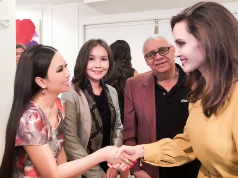 Hà Phương 'tay bắt mặt mừng' Angelina Jolie tại Hollywood