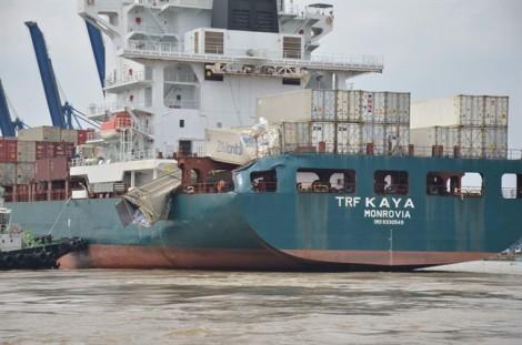 Tàu hàng đâm nhau trên sông Đồng Nai, hàng trăm người dân lao ra sông 'hôi của'