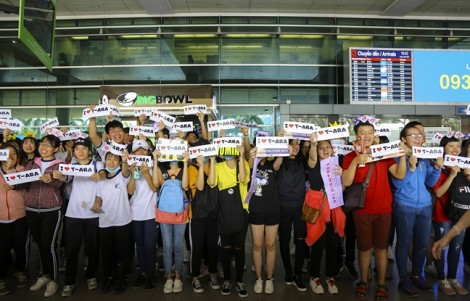 Hàng trăm fan chen lấn, xô đẩy tại sân bay để đón T-ara sang Việt Nam
