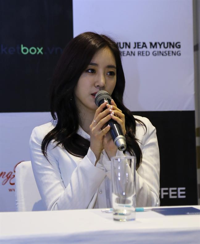 Nhom T-ara len tieng ve hanh dong chen lan xo day cua fan Viet tai san bay