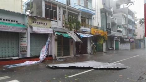 Nha Trang: Nhà tốc mái, cây xanh ngã la liệt trong bão Damrey