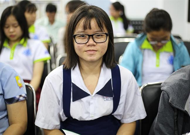 Bao Phu Nu trao 85 suat hoc bong cho nu sinh hieu hoc vuot kho