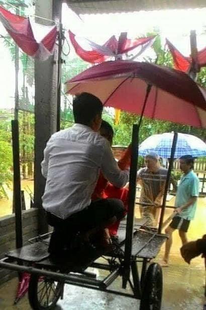 Dung xe bo vuot lu de ruoc dau trong ngay ngap lich su o Quang Nam
