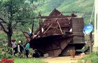 Người dân miền Trung oằn mình trong nước ngập, Tây Nguyên tan hoang sau bão Damrey