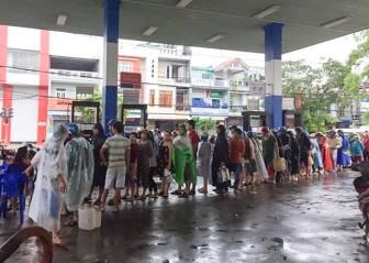 Bão Damrey đi qua, người dân Phú Yên 'rồng rắn' xếp hàng mua xăng dầu