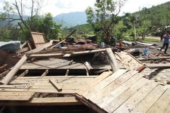 Cả xã nghèo tháo chạy kinh hoàng khỏi những căn nhà bay mỗi nơi mỗi miếng trong bão Damrey