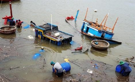 Ngư dân đau xót nhìn thuyền đánh cá tan nát thành đống gỗ vụn sau bão Damrey
