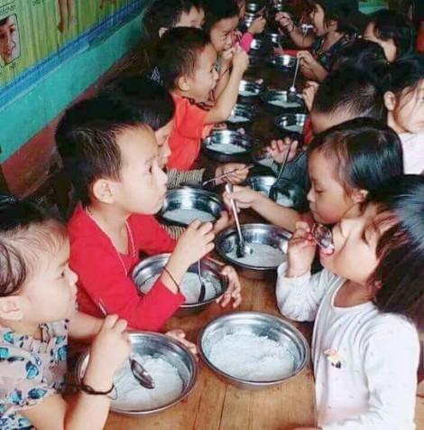 Bữa ăn của trẻ mầm non chỉ có bún luộc vì thiếu... 'chất tạo màu'