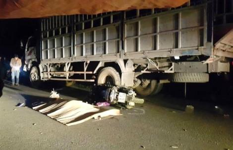 Cả gia đình 4 người thương vong sau cú đâm vào đuôi xe tải đậu bên đường