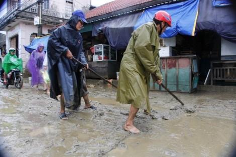 Hàng trăm tấn bùn phủ ngập trung tâm thành phố Huế sau lũ