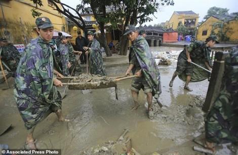 Báo nước ngoài: Quân dân Hội An chung sức khắc phục hậu quả bão lụt, đón APEC 2017