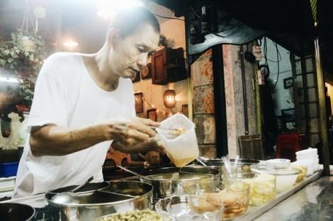Quán chè chỉ bán về đêm tồn tại hơn nửa thế kỷ tại Sài Gòn