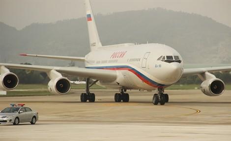 Hình ảnh chuyên cơ đưa Tổng thống Nga Putin đến sân bay Đà Nẵng