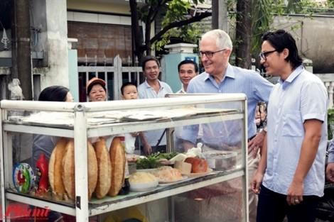 Thủ tướng Úc thưởng thức bánh mì vỉa hè Đà Nẵng