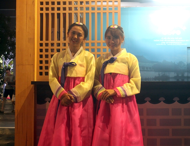 Nguoi dan keo ve pho di bo Nguyen Hue tham du Le hoi Van hoa Viet – Han