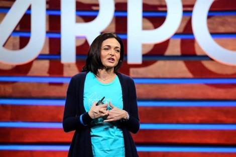 Thời trang đơn giản đầy quyền lực của 'nữ tướng' Facebook tại APEC