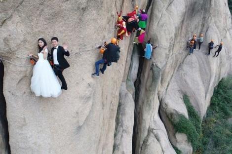 Cặp đôi hẹn ước trăm năm khi treo mình lơ lửng trên sườn núi thẳng đứng