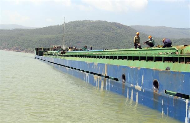 Gap rut 'giai cuu' bien Quy Nhon vi 200.000 lit dau trong 8 tau dam sau bao Damrey