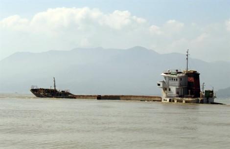 Gấp rút 'giải cứu' biển Quy Nhơn vì 200.000 lít dầu trong 8 tàu đắm sau bão Damrey