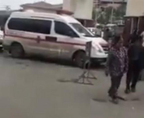 Bảo vệ Bệnh viện Bạch Mai chặn xe cứu thương không cho đón bệnh nhân?