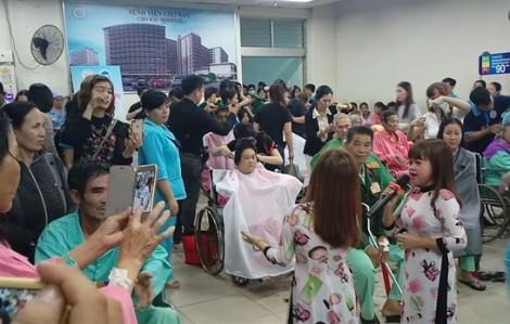 Bệnh nhân bó bột, mang dịch truyền đi xem ca sĩ có chiều cao khiêm tốn nhất Việt Nam biểu diễn