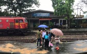 Sạt lở trên đèo Hải Vân, đường sắt Bắc Nam tê liệt nhiều giờ