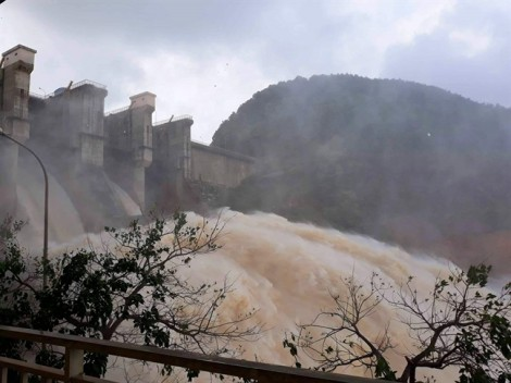 Thủy điện xả lũ cùng mưa lớn, nhiều nơi ở Thừa Thiên - Huế ngập mênh mông