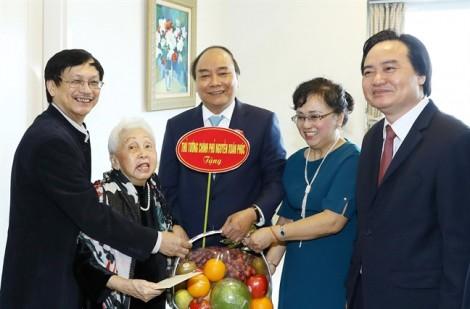 Thủ tướng Nguyễn Xuân Phúc thăm hỏi những nghệ sĩ gạo cội nhân ngày Nhà giáo Việt Nam