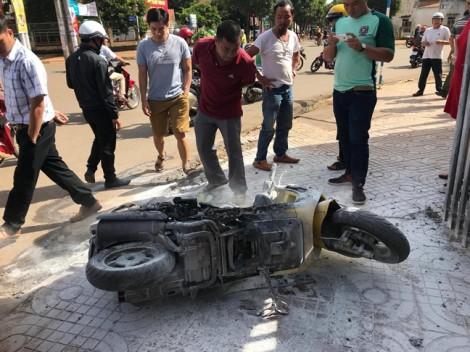 Chồng hành hung rồi đốt xe máy của vợ cũ giữa đường