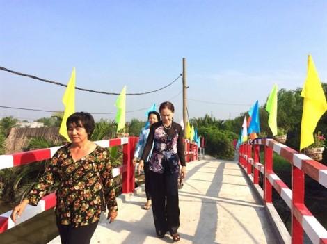 Chiếc cầu nối những bờ vui