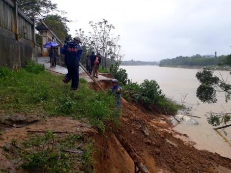 Dân ở thượng nguồn sông Hương hoang mang vì sống trên miệng 'hà bá'