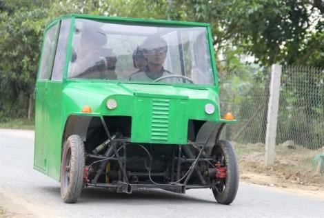 Người cha chế ôtô điện làm phương tiện chở con đi học