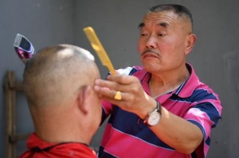 Kinh hãi phương pháp làm sạch nhãn cầu bằng dao cạo