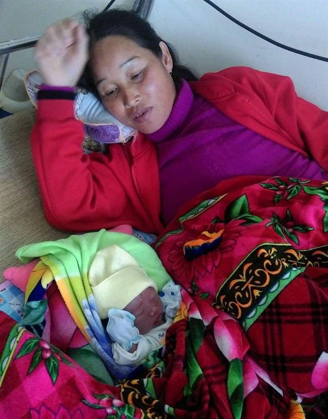 San phu sinh con ngay tren xe taxi khi tren duong toi benh vien