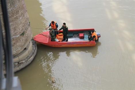 """Trục vớt thành công quả bom """"khủng"""" ở chân cầu Long Biên"""