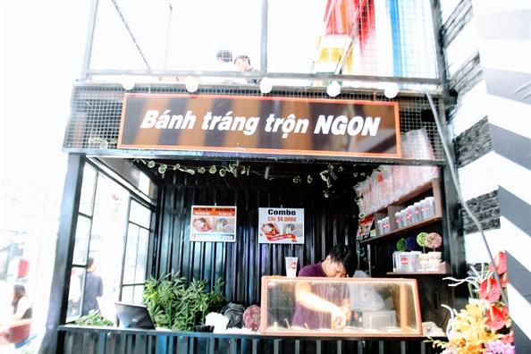 Co gi ben trong khu an choi, mua sam moi cua gioi tre Sai Gon?