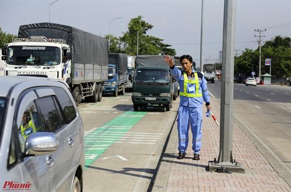 Trạm BOT Cai Lay dùng xe cảu 'mòi' tài xé trả tièn lẻ ròi vị trí vãn khong tránh khỏi 'võ trạn'