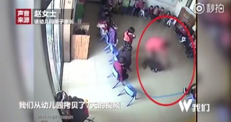 Trung Quốc: Camera ghi lại cảnh giáo viên dùng tăm chọc vào tay trẻ