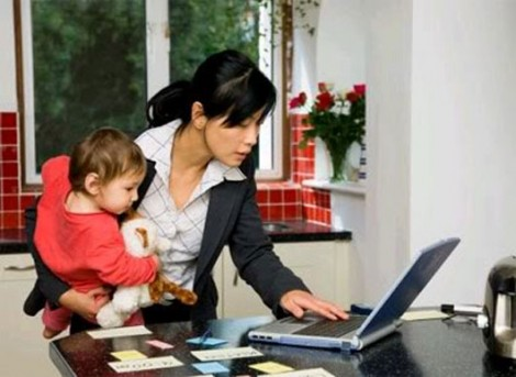 Vợ làm việc cật lực trả nợ, chồng ung dung gửi tiền nhờ mẹ mua vàng để dành