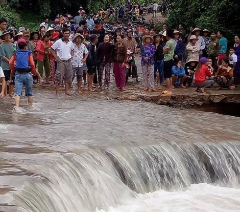 Hàng trăm người tìm kiếm trưởng thôn bị lũ cuốn trôi