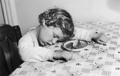 Tại sao ăn no lại buồn ngủ?