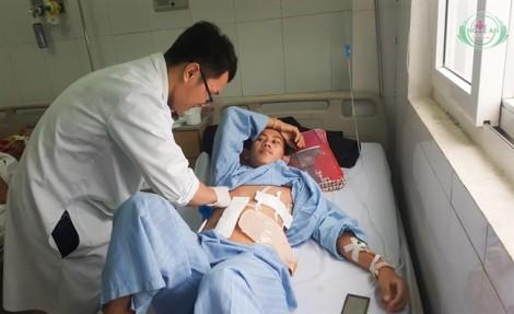 Bác sĩ Việt cứu thanh niên người Lào bị 9 viên đạn găm vào bụng