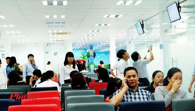 Ngay dau mo cua, hang tram nguoi keo den Trung tam tiem chung o TP.HCM chich ngua